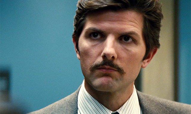 Adam Scott porte une belle moustache dans le film Black Mass